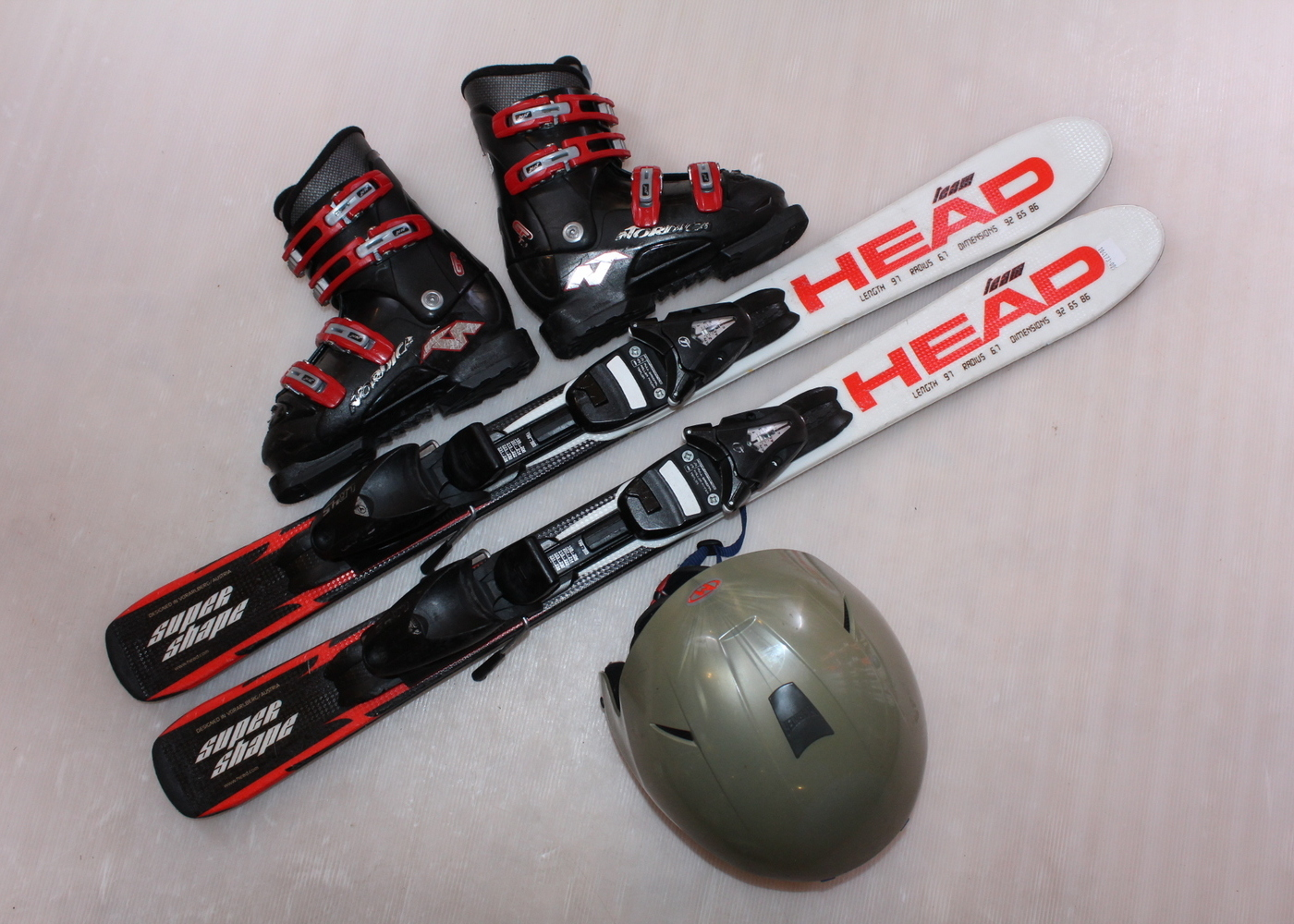 Dětské lyže HEAD SUPERSHAPE TEAM 100 cm + lyžáky  31EU + helma